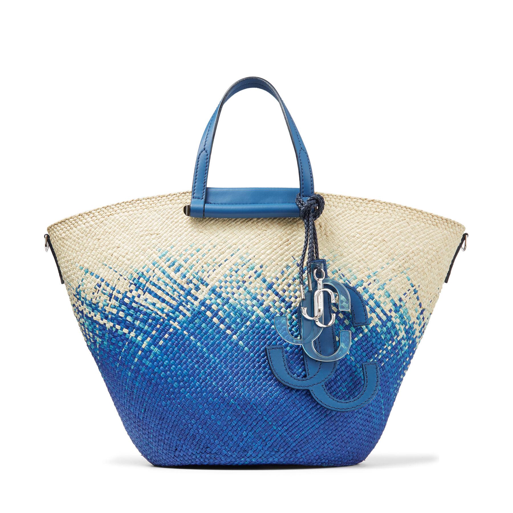 L'accessorio estivo perfetto, il nostro MACY Basket è tessuto a mano in rafia naturale e blu farfalla da artigiani in Colombia.