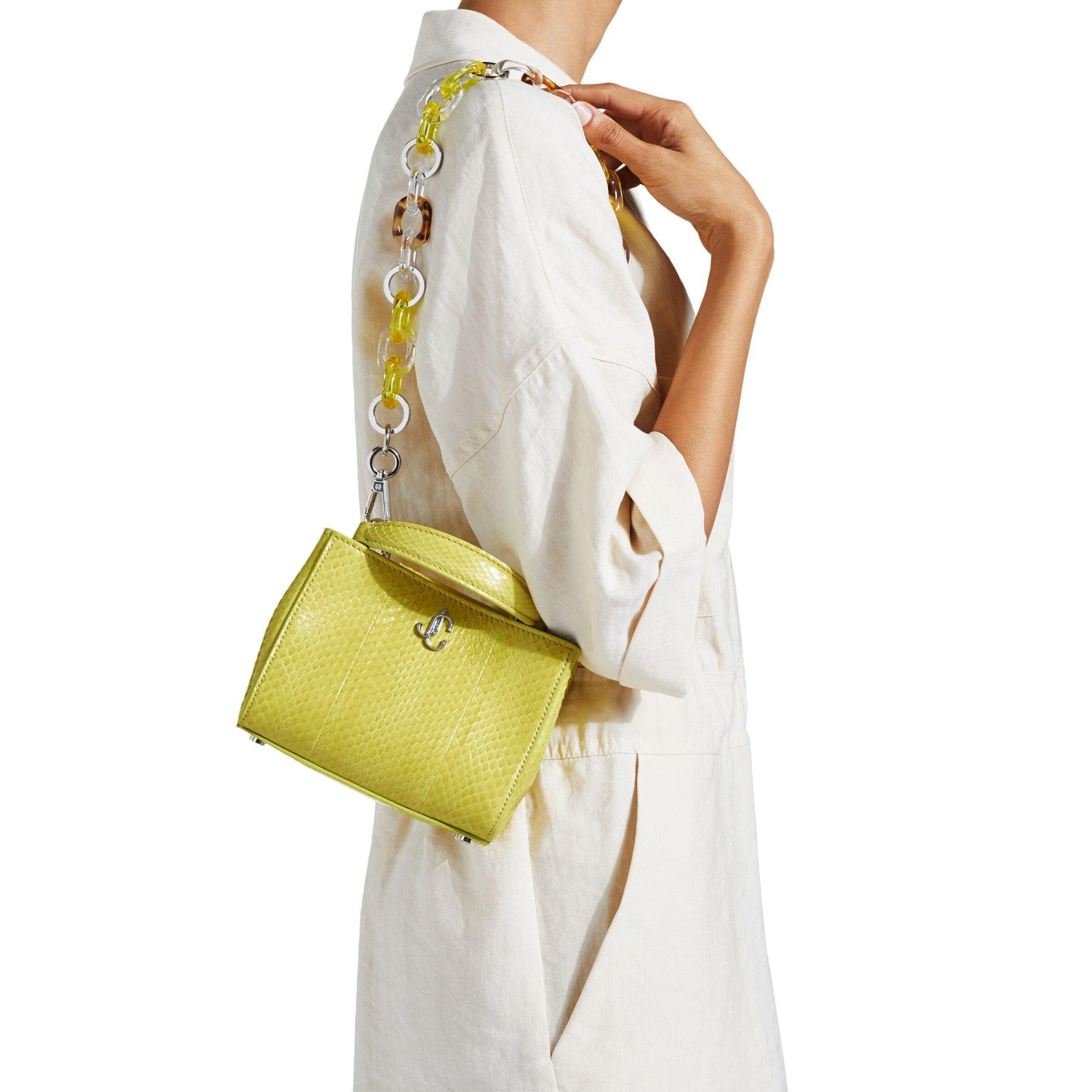 borsa VARENNE Top Handle Mini in elaphe lucido sbiancato dal sole è definita da linee pulite e dettagli moderni.