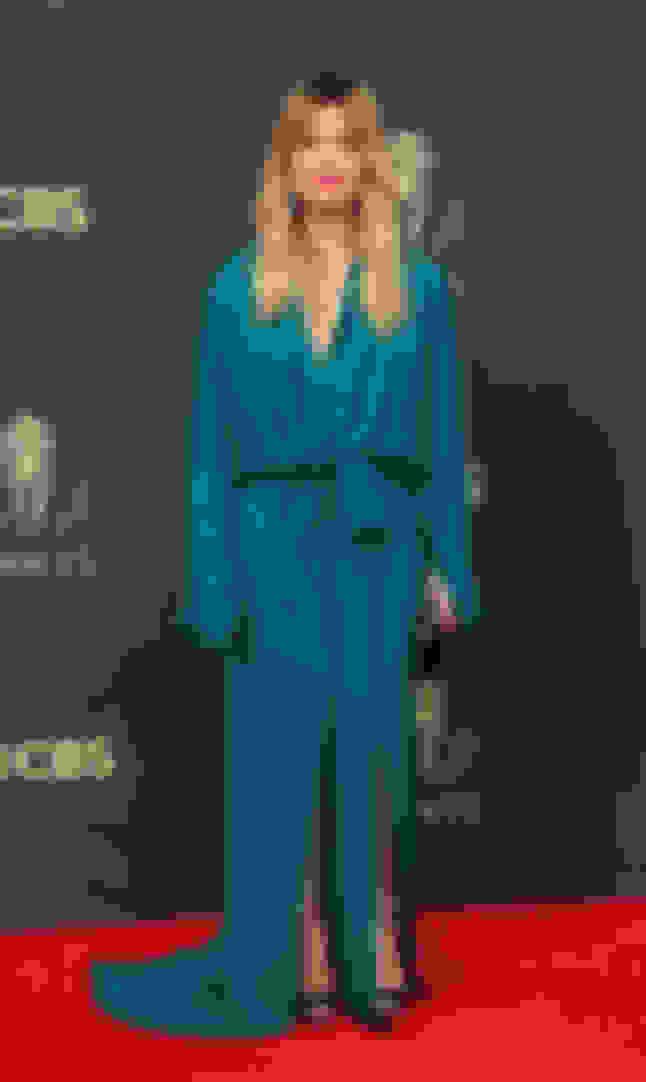 Annie Murphy carrying ELLIPSE